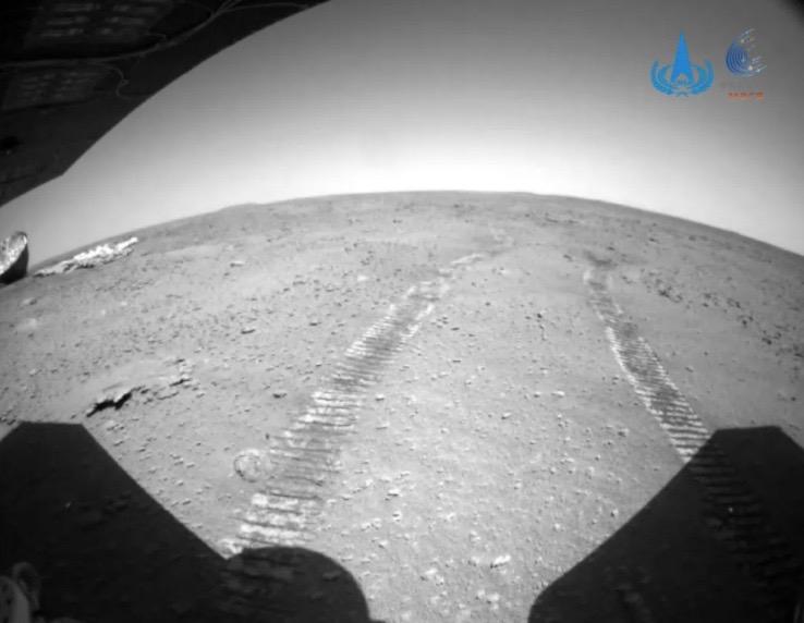 Китайский марсоход Чжужун обнаружил на планете парашют и крышку посадочного модуля1