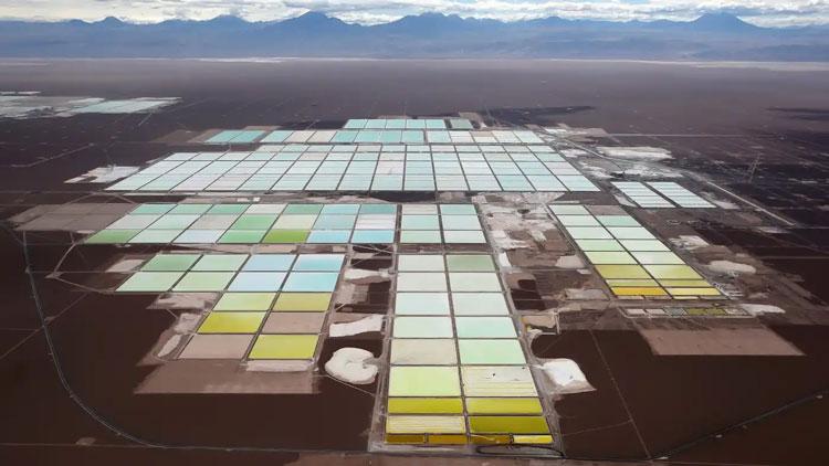 Пруды с рассолом для выпаривания солей лития в Чили. Источник изображения: Reuters