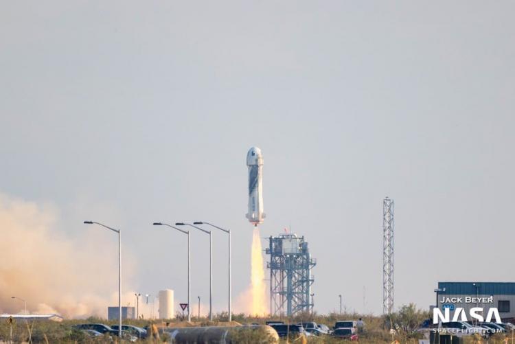 Туристический космический корабль New Shepard с Джеффом Безосом успешно приземлился после суборбитального полёта