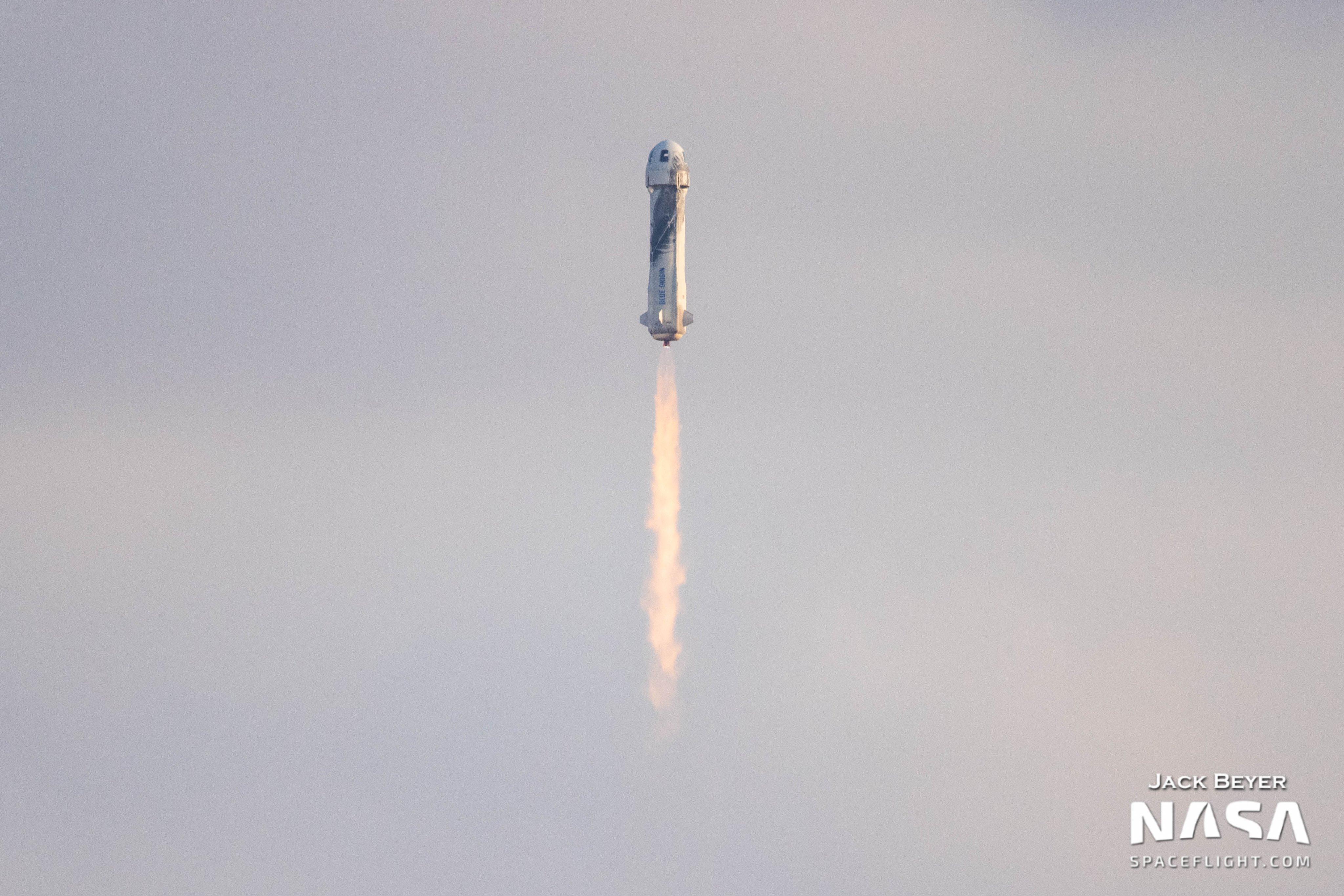 Первый туристический полёт в космос Blue Origin в качественных фотографиях
