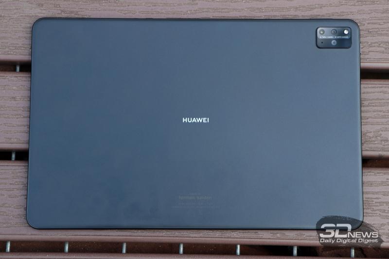 Huawei MatePad Pro 12.6 (2021), задняя панель: в углу — блок с тремя камерами и вспышкой