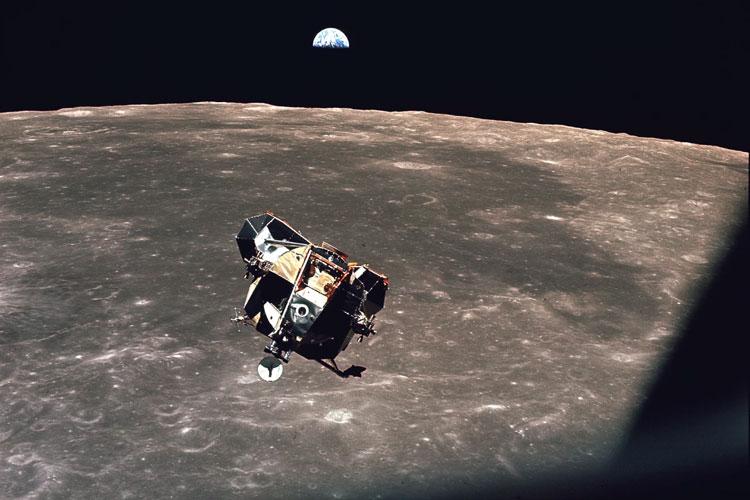Вид на лунный модуль из илюминатора командного модуля «Колумбия». Источник изображения: NASA
