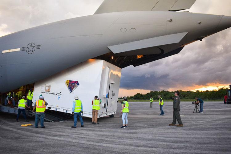 Погрузка «Люси» на транспортный самолёт для отправки в космический центр на окончательную сборку. Источник изображения:  Lockheed Marti