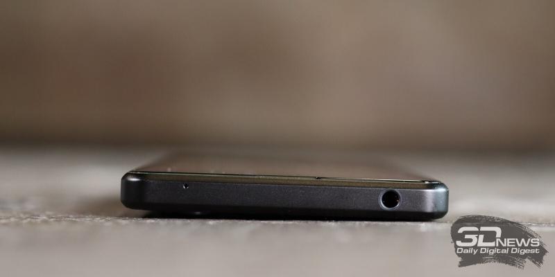 Sony Xperia 1 III, верхняя грань: мини-джек и микрофон