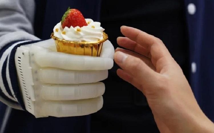Учёные из США и Китая создали недорогую искусственную руку, позволяющую чувствовать нажатия