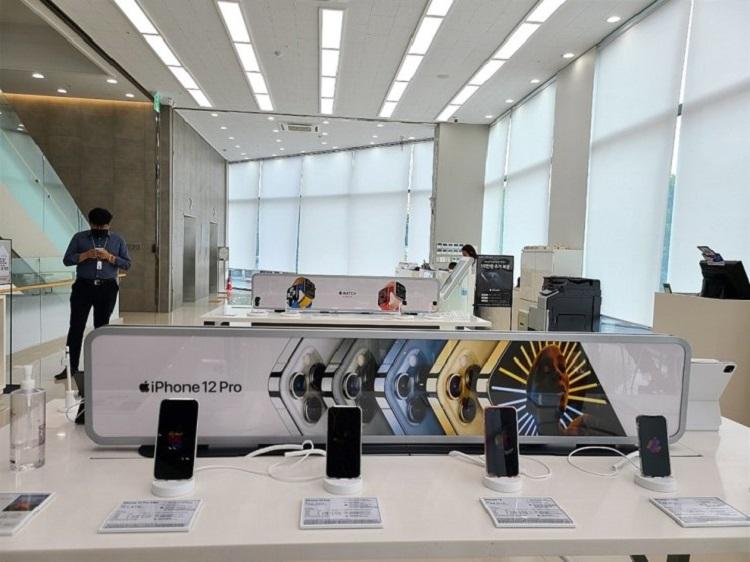 LG начала продавать смартфоны и другие устройства Apple в фирменных магазинах, несмотря на протесты Samsung