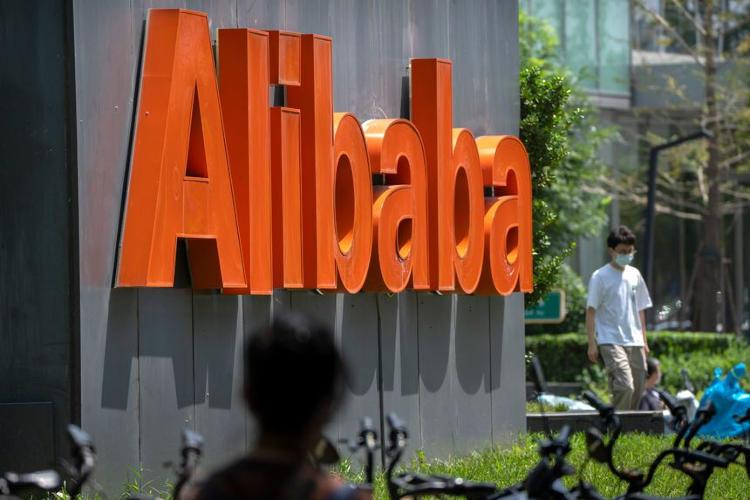 Акции Alibaba подешевели до уровня 2019 года