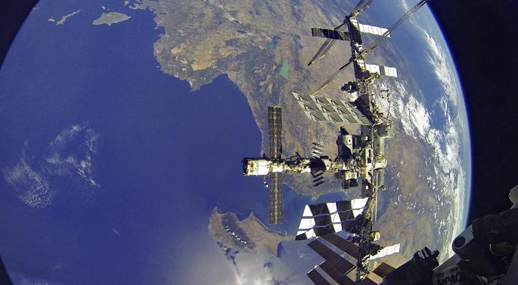 Проведена коррекция орбиты МКС перед прилётом актрисы1