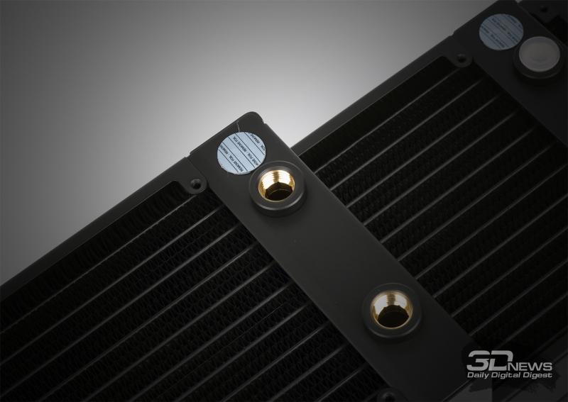 Обратите внимание, что в корпус радиатора вкручена латунная гильза с резьбой — при желании ее можно выкрутить и выгадать еще несколько миллиметров. Во всех случаях используется соединение G1/4