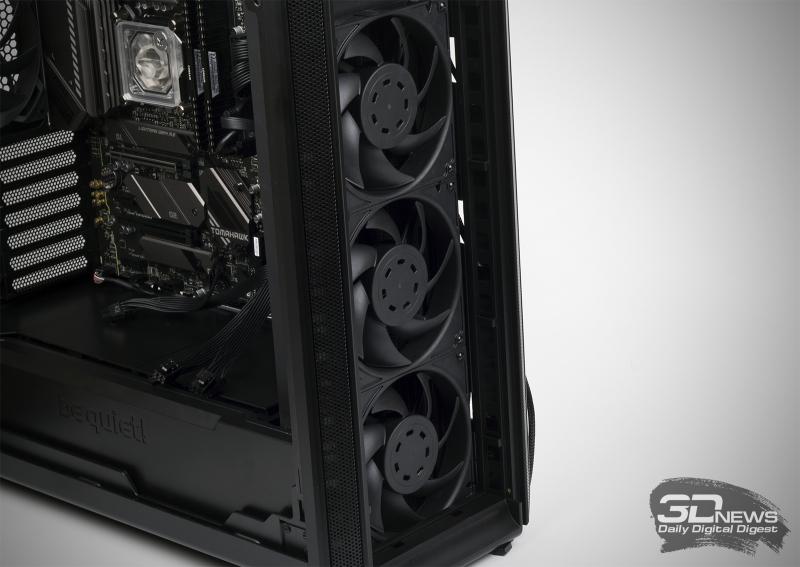 Silent Base 802 обладает довольно просторной нишей для установки вентиляторов на передней панели. То есть мы устанавливаем внутри корпуса радиатор, а сами крыльчатки закрепляем с другой стороны. Сверху можно поступить таким же способом, но в таком случае вентиляторы будут тянуть поток воздуха через радиатор
