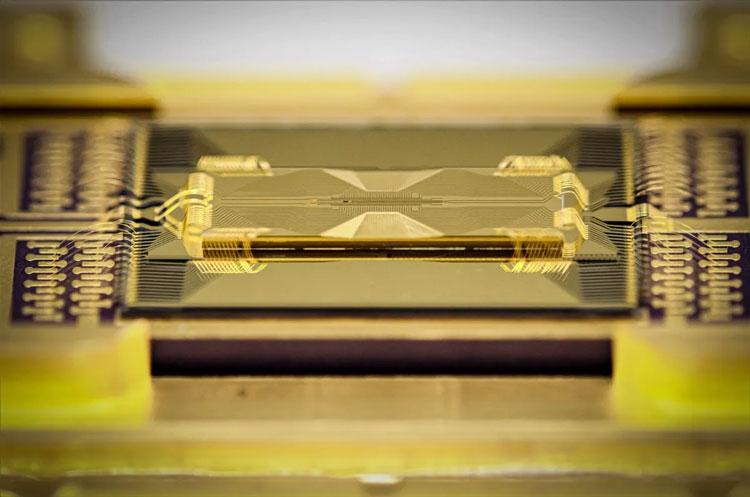 «Стеклянный» квантовый процессор IonQ. Источник изображения: IonQ
