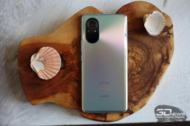 Huawei nova 8, задняя панель: в левом верхнем углу – блок из четырех камер и одинарной светодиодной вспышки