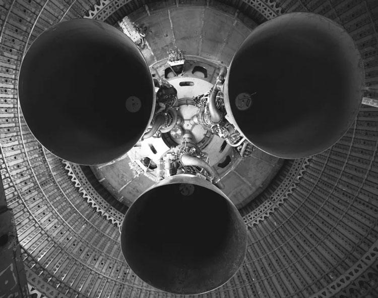 Дюзы трёх ракетных двигателей Raptor. Источник изображения: