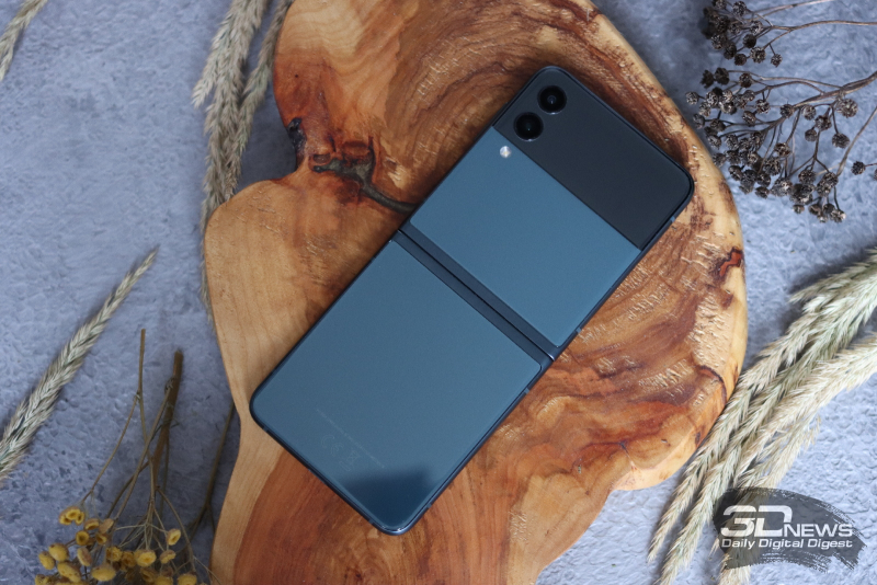 Внешняя часть Samsung Galaxy Z Flip3: в верхней части — дополнительный экранчик и две камеры; под ними — одинарная вспышка