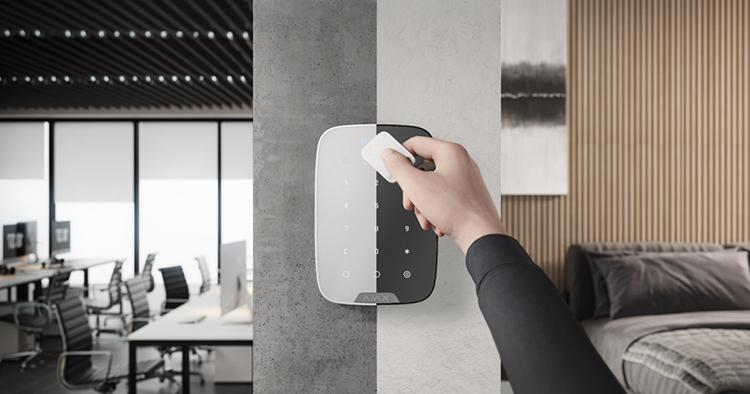 Клавиатура Ajax KeyPad Plus для систем безопасности обеспечит простую бесконтактную идентификацию пользователей