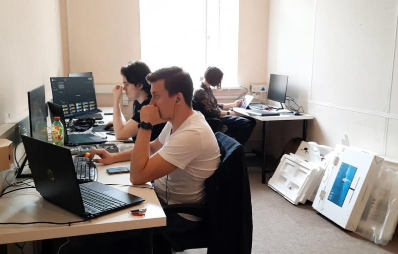 «Hearth Core — это сердечные и хардкорные игры о главном!», — Кирилл о своей студии. На фото — команда Hearth Core в новом «доме»