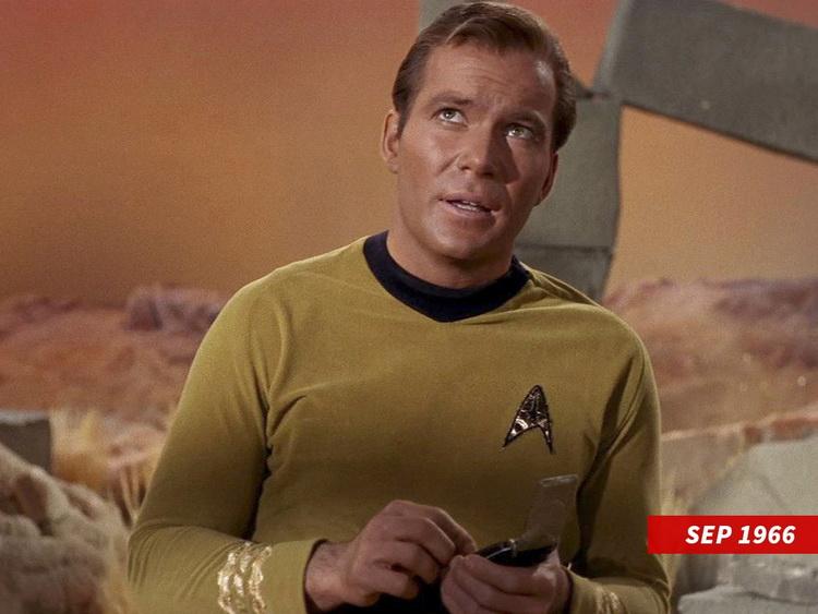Молодой Шетнер в роли капитана Кирка в оригинальном сериале «Звёздный путь» (1966—1969)