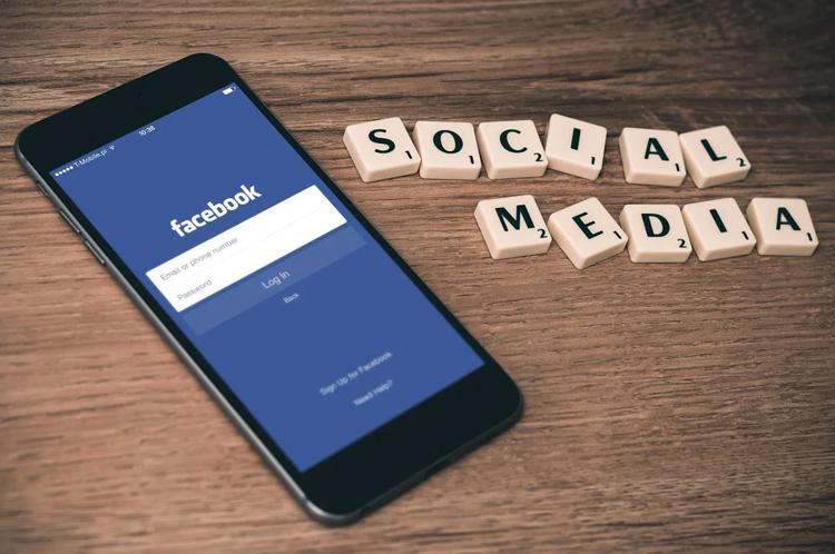 На Facebook в России может быть наложен штраф за пиратские книги