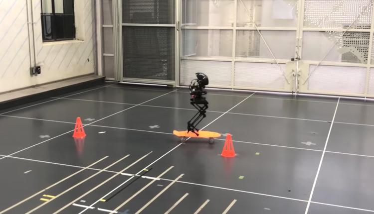 Создан двуногий робот LEONARDO, который способен ходить, летать и кататься на скейтборде