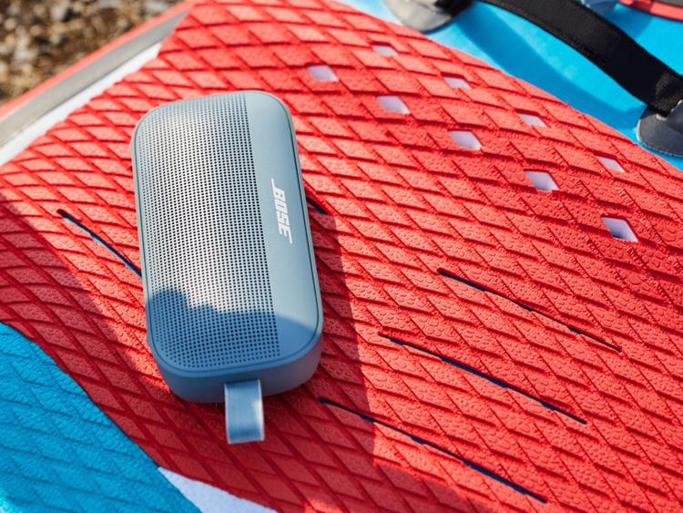 Bose представила портативный динамик Soundlink Flex с 12 часами автономной работы