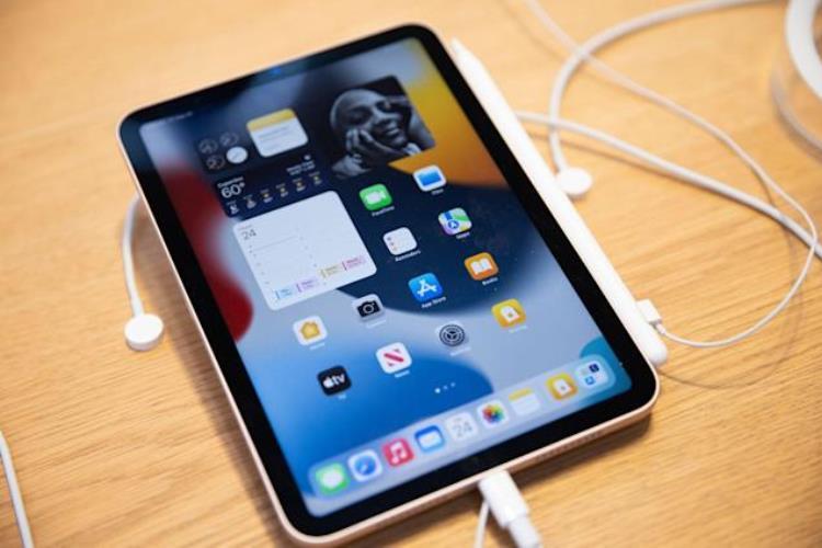 Apple не справляется с огромным спросом на свои устройства  это может сорвать рекордные квартальные продажи