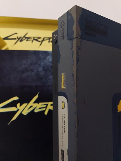 Потертости и светящая надпись «будущего нет»: детальный взгляд на Xbox One X в стиле Cyberpunk 2077